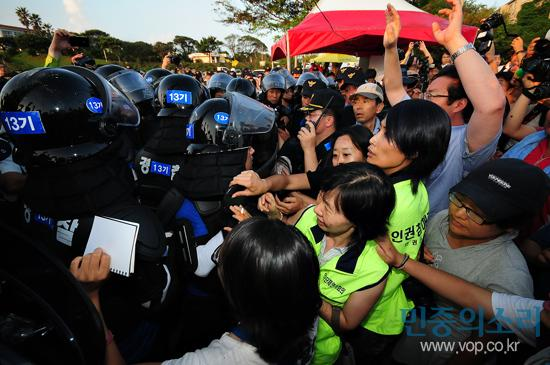Participants to Gangjeong Peace Concert confront police blockade.