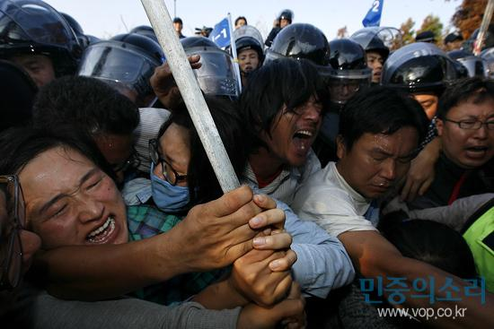 Police clashes with Gangjeong villagers